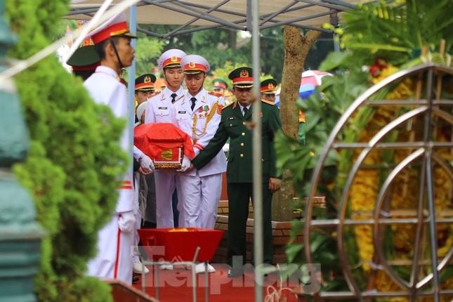 Đồng đội, người thân tiễn Tướng Hùng về lòng đất mẹ ảnh 21