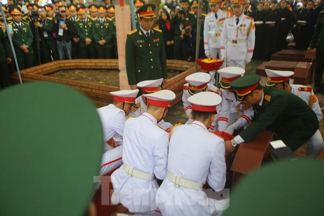 Đồng đội, người thân tiễn Tướng Hùng về lòng đất mẹ ảnh 22