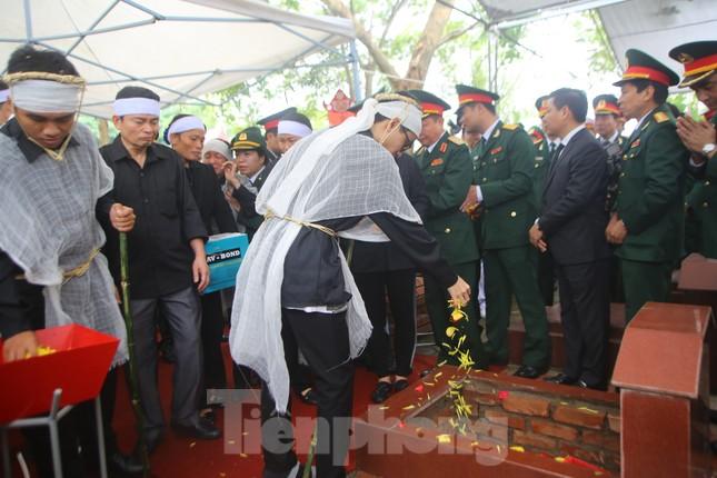 Đồng đội, người thân tiễn Tướng Hùng về lòng đất mẹ ảnh 23