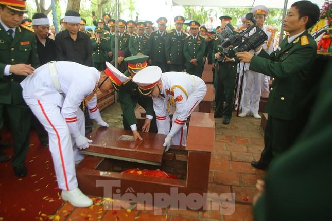 Đồng đội, người thân tiễn Tướng Hùng về lòng đất mẹ ảnh 25