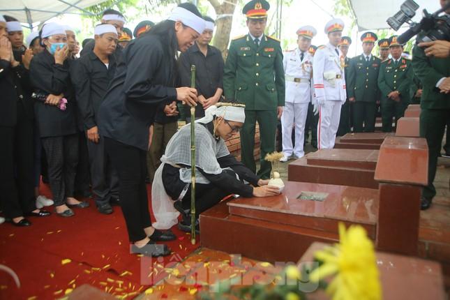 Đồng đội, người thân tiễn Tướng Hùng về lòng đất mẹ ảnh 26