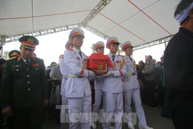 Đồng đội, người thân tiễn Tướng Hùng về lòng đất mẹ ảnh 2