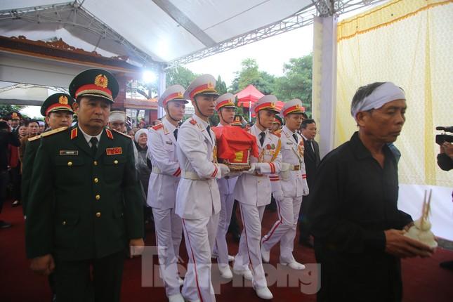 Đồng đội, người thân tiễn Tướng Hùng về lòng đất mẹ ảnh 3