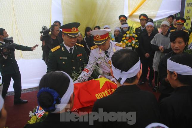 Đồng đội, người thân tiễn Tướng Hùng về lòng đất mẹ ảnh 4