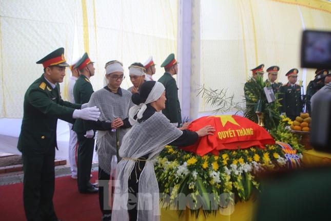 Đồng đội, người thân tiễn Tướng Hùng về lòng đất mẹ ảnh 6