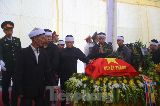 Đồng đội, người thân tiễn Tướng Hùng về lòng đất mẹ ảnh 7