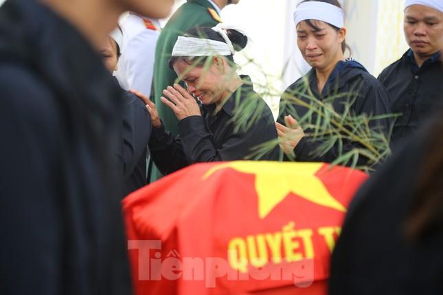 Đồng đội, người thân tiễn Tướng Hùng về lòng đất mẹ ảnh 9