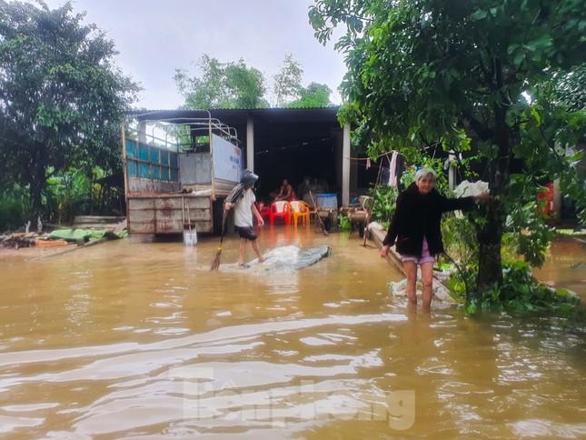 Người dân Quảng Trị mòn mỏi chờ lũ rút để được nấu cơm ảnh 15