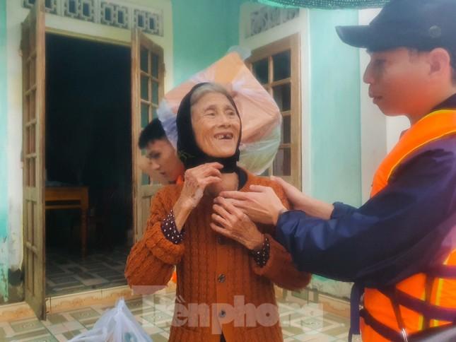 Người dân Quảng Trị mòn mỏi chờ lũ rút để được nấu cơm ảnh 18