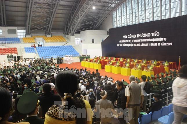 Nhói lòng cảnh thân nhân 22 chiến sĩ hy sinh ở Quảng Trị gọi tên con trong nước mắt ảnh 1