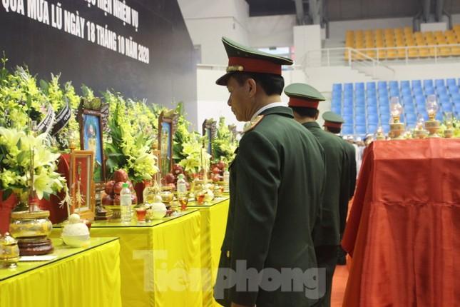 Nhói lòng cảnh thân nhân 22 chiến sĩ hy sinh ở Quảng Trị gọi tên con trong nước mắt ảnh 4