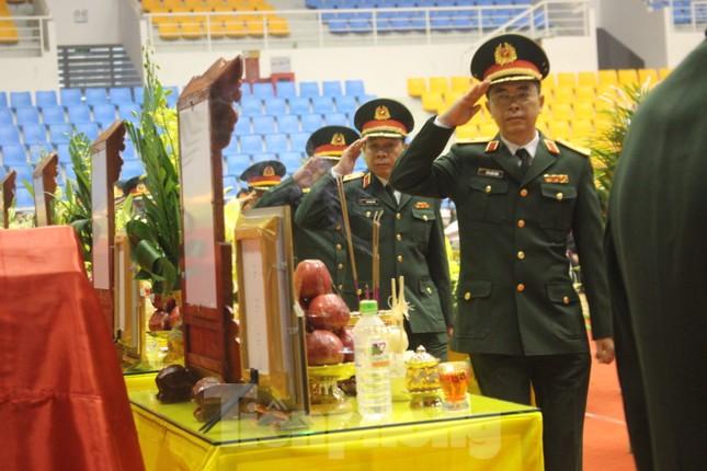 Nhói lòng cảnh thân nhân 22 chiến sĩ hy sinh ở Quảng Trị gọi tên con trong nước mắt ảnh 3