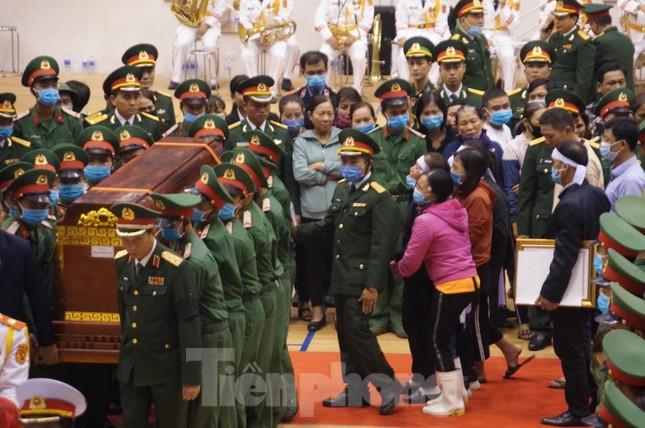 Nhói lòng cảnh thân nhân 22 chiến sĩ hy sinh ở Quảng Trị gọi tên con trong nước mắt ảnh 11