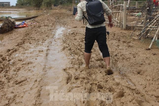 12 ngày không điện, không nước và không cơm của xóm nghèo bị cô lập trong lũ ảnh 5