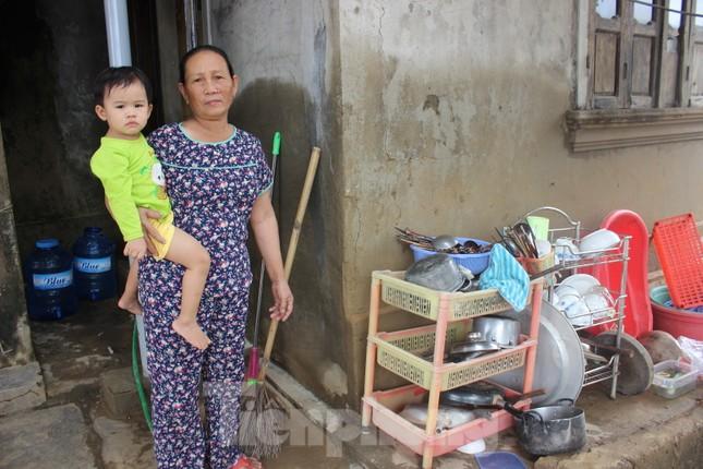 12 ngày không điện, không nước và không cơm của xóm nghèo bị cô lập trong lũ ảnh 1