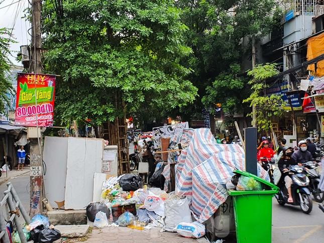 Dân chặn xe vào Nam Sơn, rác lại 'bao vây' đường phố Hà Nội ảnh 11