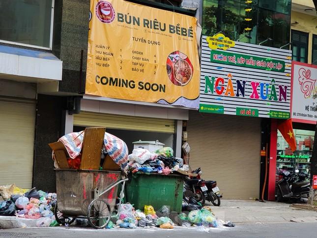 Dân chặn xe vào Nam Sơn, rác lại 'bao vây' đường phố Hà Nội ảnh 3