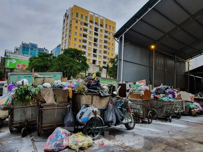 Dân chặn xe vào Nam Sơn, rác lại 'bao vây' đường phố Hà Nội ảnh 4