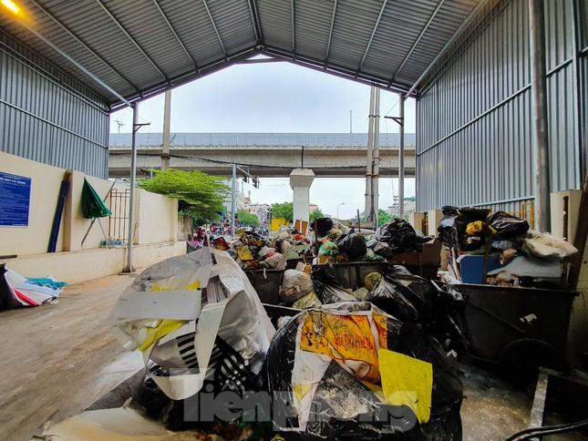 Dân chặn xe vào Nam Sơn, rác lại 'bao vây' đường phố Hà Nội ảnh 5