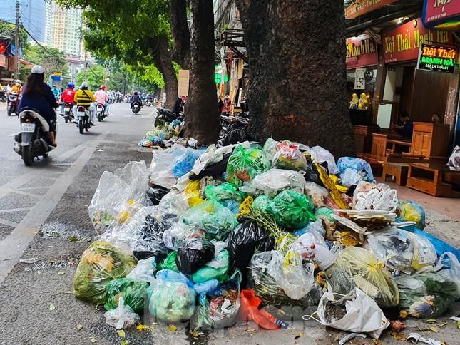 Dân chặn xe vào Nam Sơn, rác lại 'bao vây' đường phố Hà Nội ảnh 7