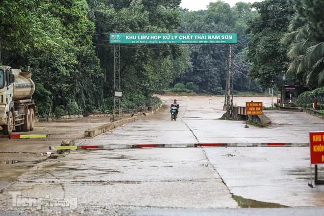 Người dân chặn đường vào bãi rác Nam Sơn, vì sao? ảnh 1