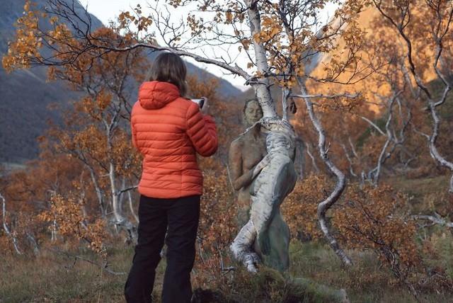 Sửng sốt với bộ ảnh 'body-painting' siêu thực trong giá lạnh 0 độ C ảnh 7