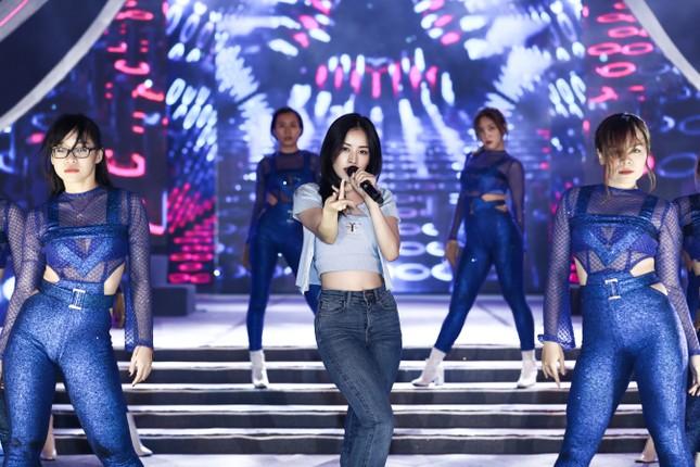 Chi Pu cùng dàn nghệ sĩ chạy tổng duyệt cho đêm thi Người đẹp Biển-Du lịch HHVN 2020 ảnh 2