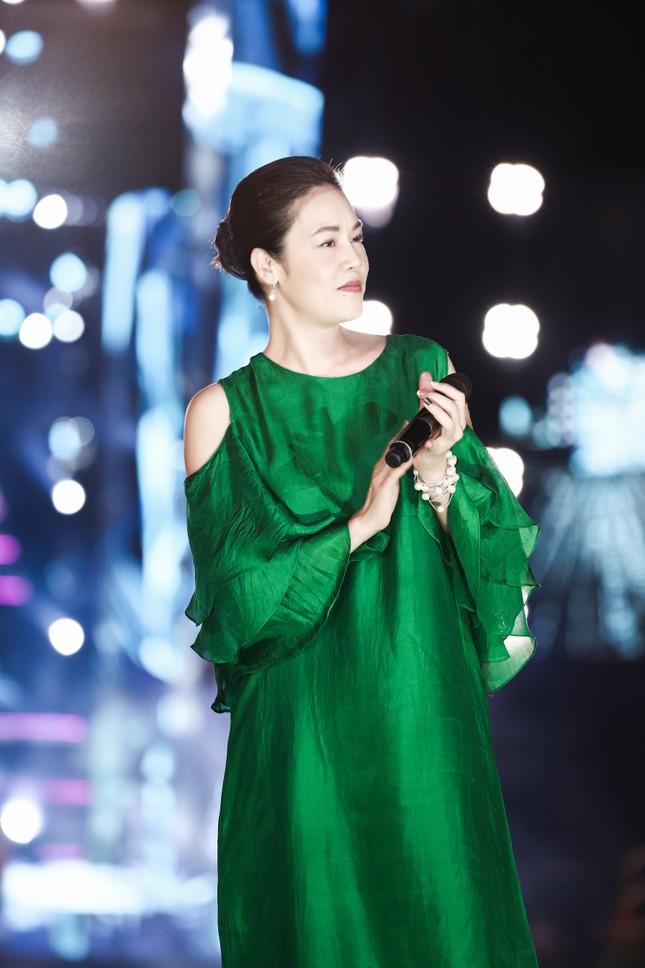 Chi Pu cùng dàn nghệ sĩ chạy tổng duyệt cho đêm thi Người đẹp Biển-Du lịch HHVN 2020 ảnh 7