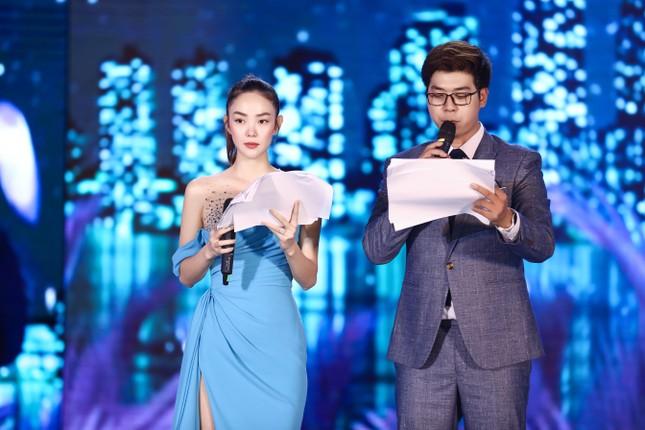 Chi Pu cùng dàn nghệ sĩ chạy tổng duyệt cho đêm thi Người đẹp Biển-Du lịch HHVN 2020 ảnh 4