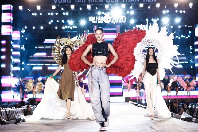 Chi Pu cùng dàn nghệ sĩ chạy tổng duyệt cho đêm thi Người đẹp Biển-Du lịch HHVN 2020 ảnh 6