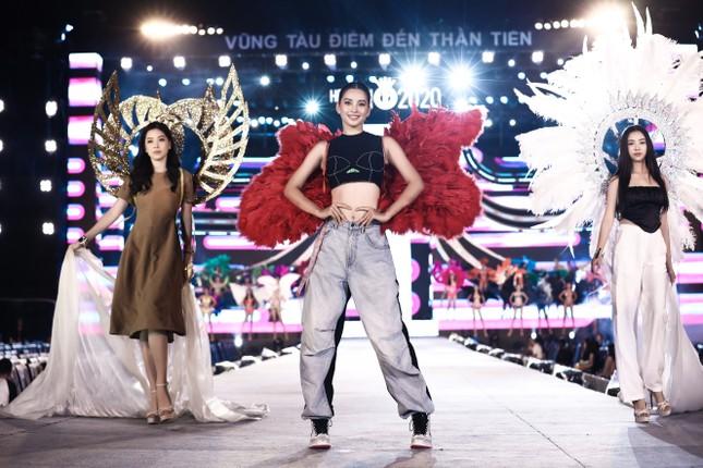 Chi Pu cùng dàn nghệ sĩ chạy tổng duyệt cho đêm thi Người đẹp Biển-Du lịch HHVN 2020 ảnh 5