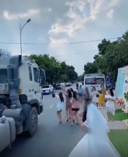 Tranh cãi việc cô dâu tung hoa cưới giữa đường khiến bạn suýt bị container tông ảnh 2