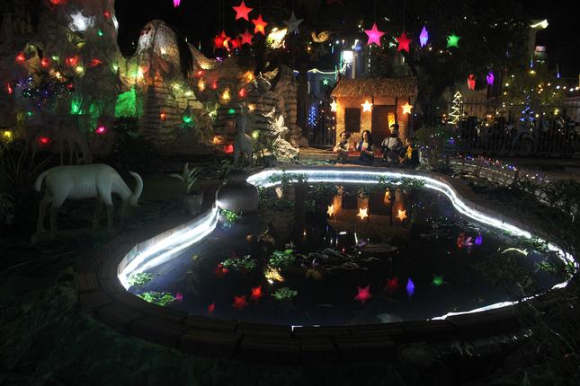 Khung cảnh Giáng sinh về đêm lộng lẫy của nhà thờ Phát Diệm ảnh 13