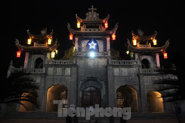 Khung cảnh Giáng sinh về đêm lộng lẫy của nhà thờ Phát Diệm ảnh 8