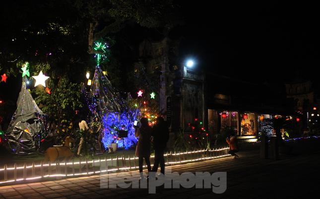 Khung cảnh Giáng sinh về đêm lộng lẫy của nhà thờ Phát Diệm ảnh 10
