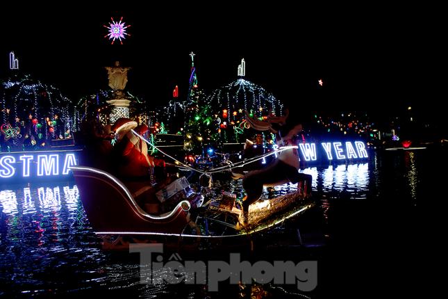 Khung cảnh Giáng sinh về đêm lộng lẫy của nhà thờ Phát Diệm ảnh 2