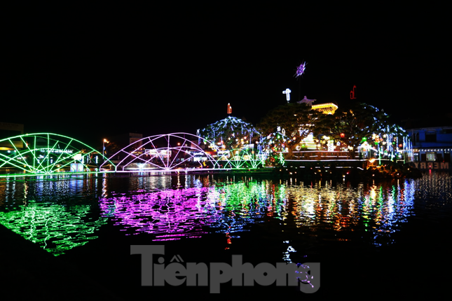 Khung cảnh Giáng sinh về đêm lộng lẫy của nhà thờ Phát Diệm ảnh 3