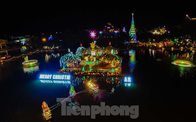 Khung cảnh Giáng sinh về đêm lộng lẫy của nhà thờ Phát Diệm ảnh 1