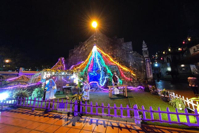 Khung cảnh Giáng sinh về đêm lộng lẫy của nhà thờ Phát Diệm ảnh 12