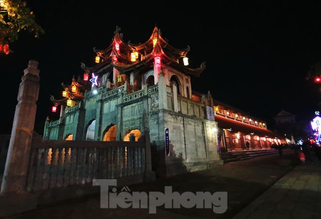 Khung cảnh Giáng sinh về đêm lộng lẫy của nhà thờ Phát Diệm ảnh 9