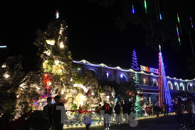 Khung cảnh Giáng sinh về đêm lộng lẫy của nhà thờ Phát Diệm ảnh 14