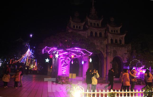 Khung cảnh Giáng sinh về đêm lộng lẫy của nhà thờ Phát Diệm ảnh 11