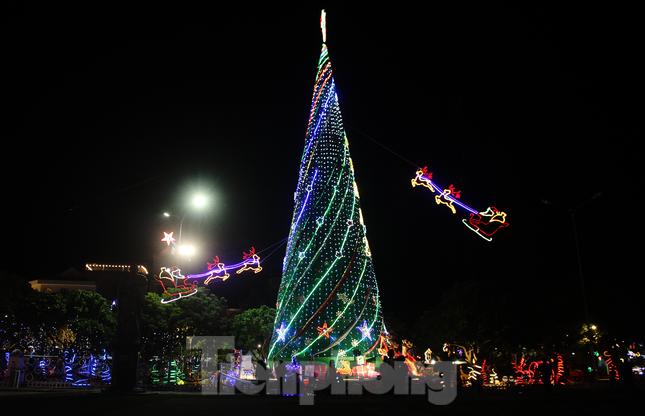 Khung cảnh Giáng sinh về đêm lộng lẫy của nhà thờ Phát Diệm ảnh 6