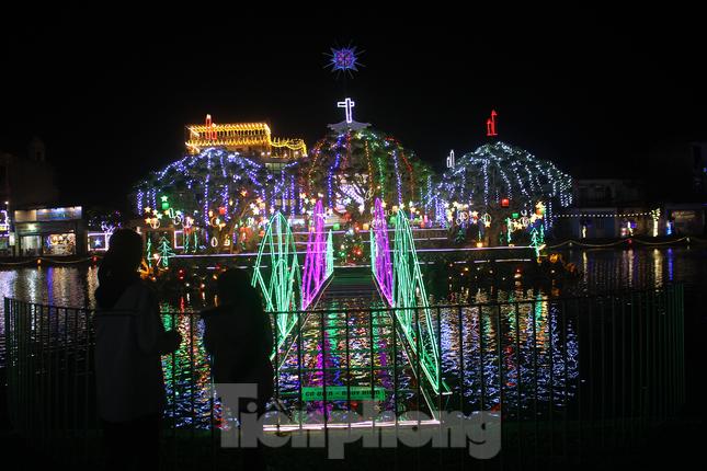Khung cảnh Giáng sinh về đêm lộng lẫy của nhà thờ Phát Diệm ảnh 4