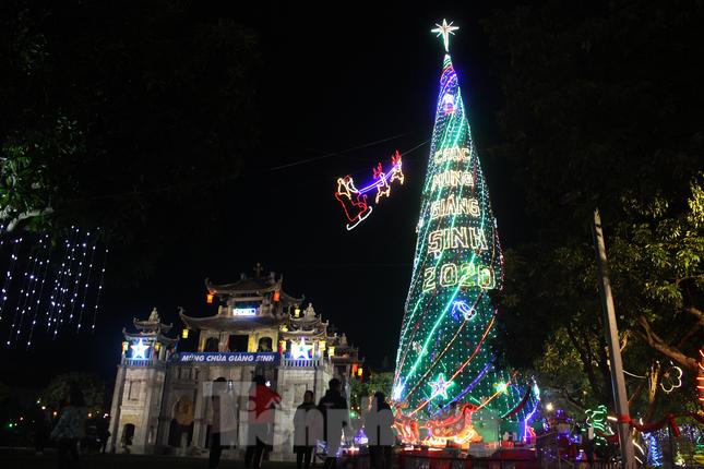 Khung cảnh Giáng sinh về đêm lộng lẫy của nhà thờ Phát Diệm ảnh 5