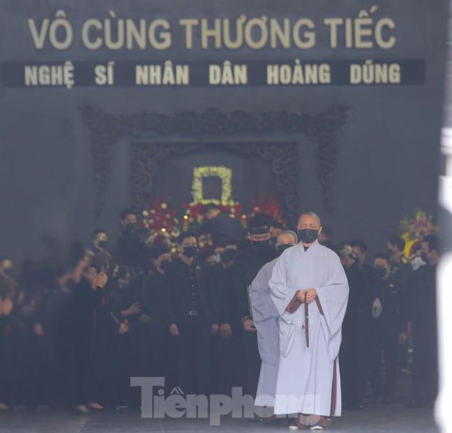 Nghệ sĩ đau buồn lặng đi trong lễ tang NSND Hoàng Dũng ảnh 2