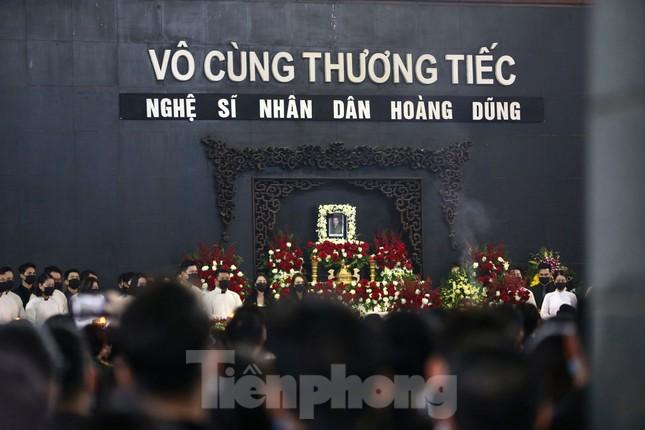 Nghệ sĩ đau buồn lặng đi trong lễ tang NSND Hoàng Dũng ảnh 1