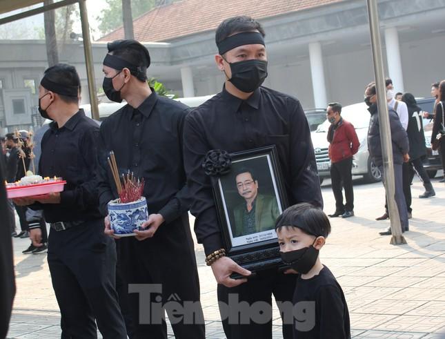 Nghệ sĩ đau buồn lặng đi trong lễ tang NSND Hoàng Dũng ảnh 15