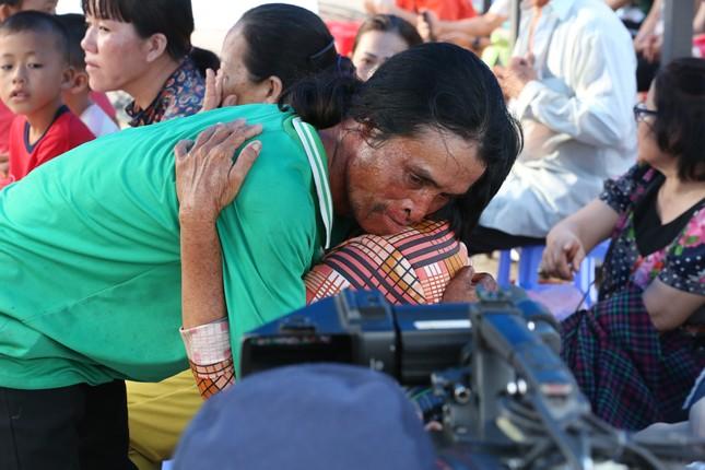 Việt Hương bật khóc khi chàng trai từng cố tự tử xin lỗi mẹ ruột ảnh 1