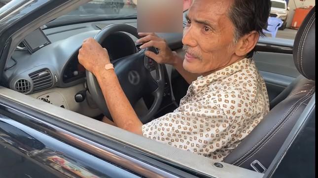 Thương Tín tập lái xe ô tô sau khi được tặng ảnh 1